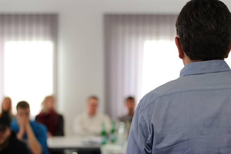 Govornik na predavanju