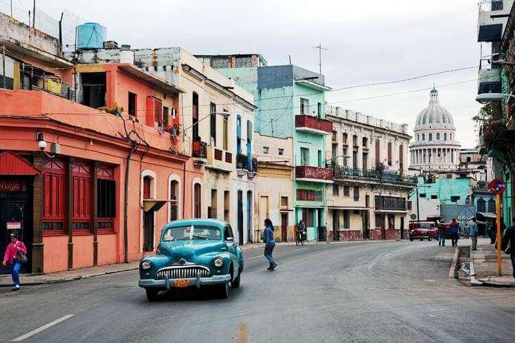 automobil na ulici kube