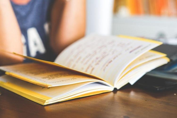 Devojka cita knjigu