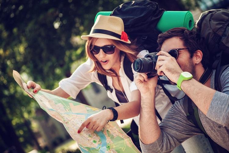 Devojka i decko gledaju mapu sveta