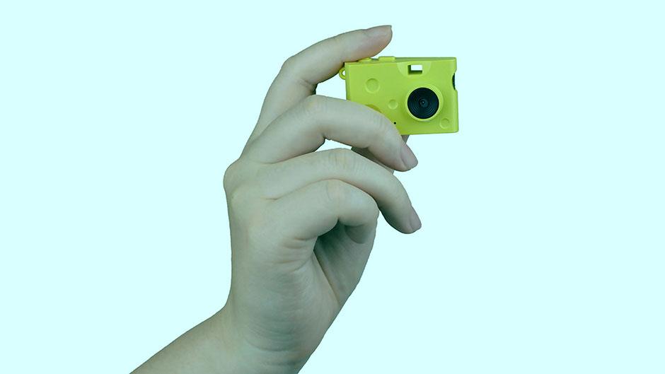 žuta mini kamera u ruci