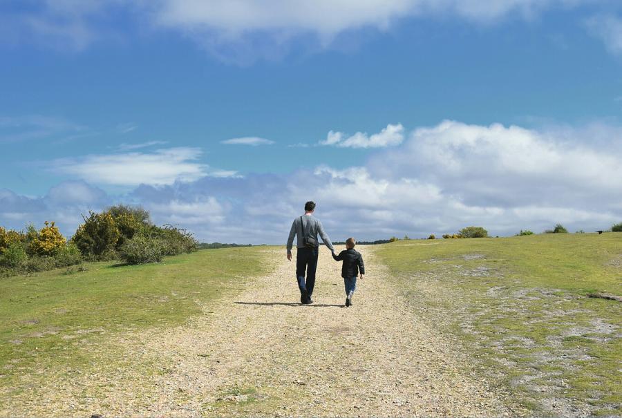 Otac i sin zajedno šetaju u prirodi