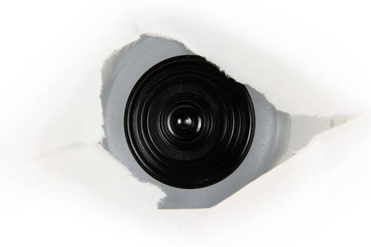 Kamera bele boje sa crnim jezrom za snimanje