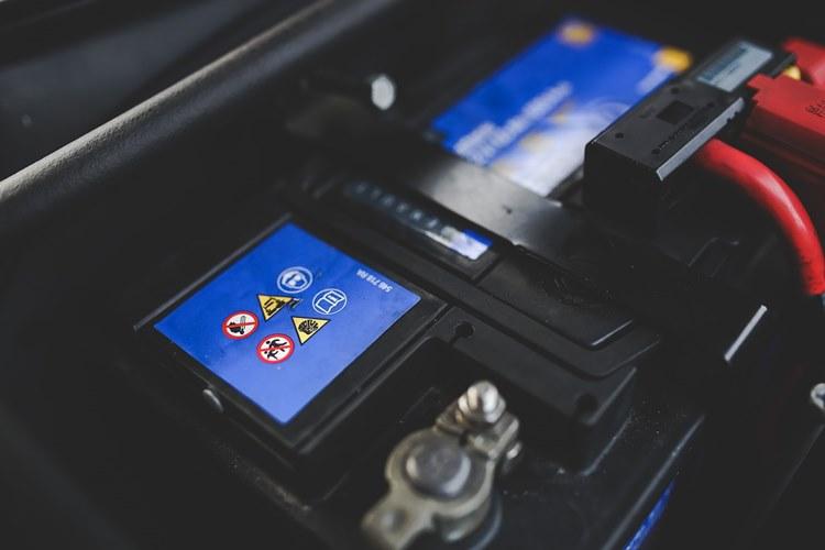 Baterija na automobilu
