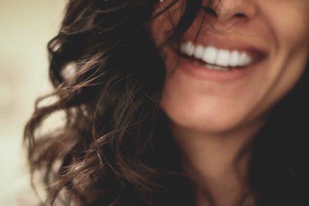 Devojka sa belim zubima koja se smeje