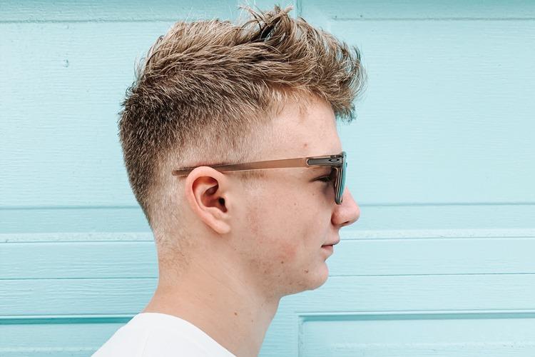 Momak smeđe kose sa naočarima za sunce, slika iz profila