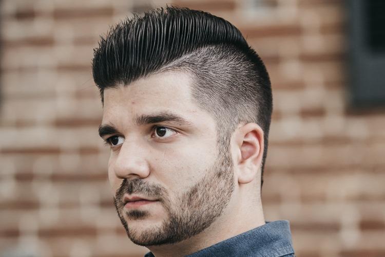 Muškarac sa crnom kosom i kratkom frizurom