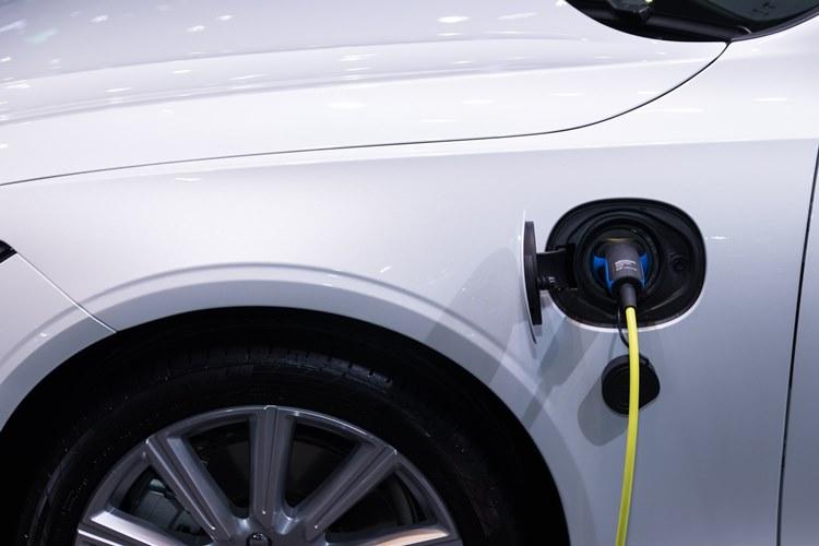 Automobil koji je priključen na električni punjač