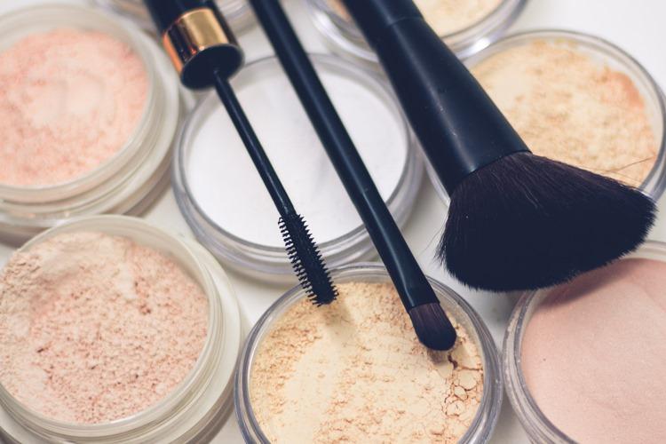 Četkice za minkanje lica i šminka ispod njih