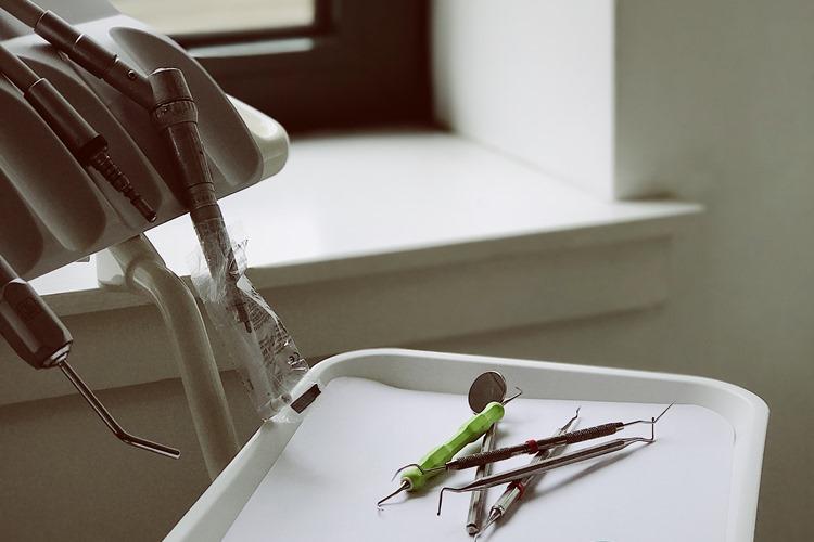 Stomatološka ordinacija u kojoj se nalazi oprema za popravku zuba