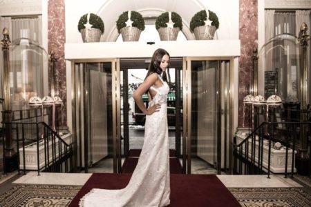 Mlada devojka u dugoj beloj haljini