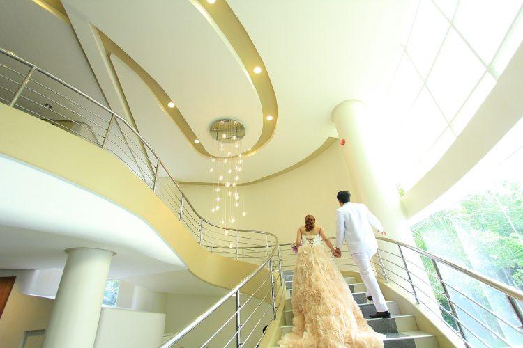 Mlada i mladoženja na stepenicama hotela