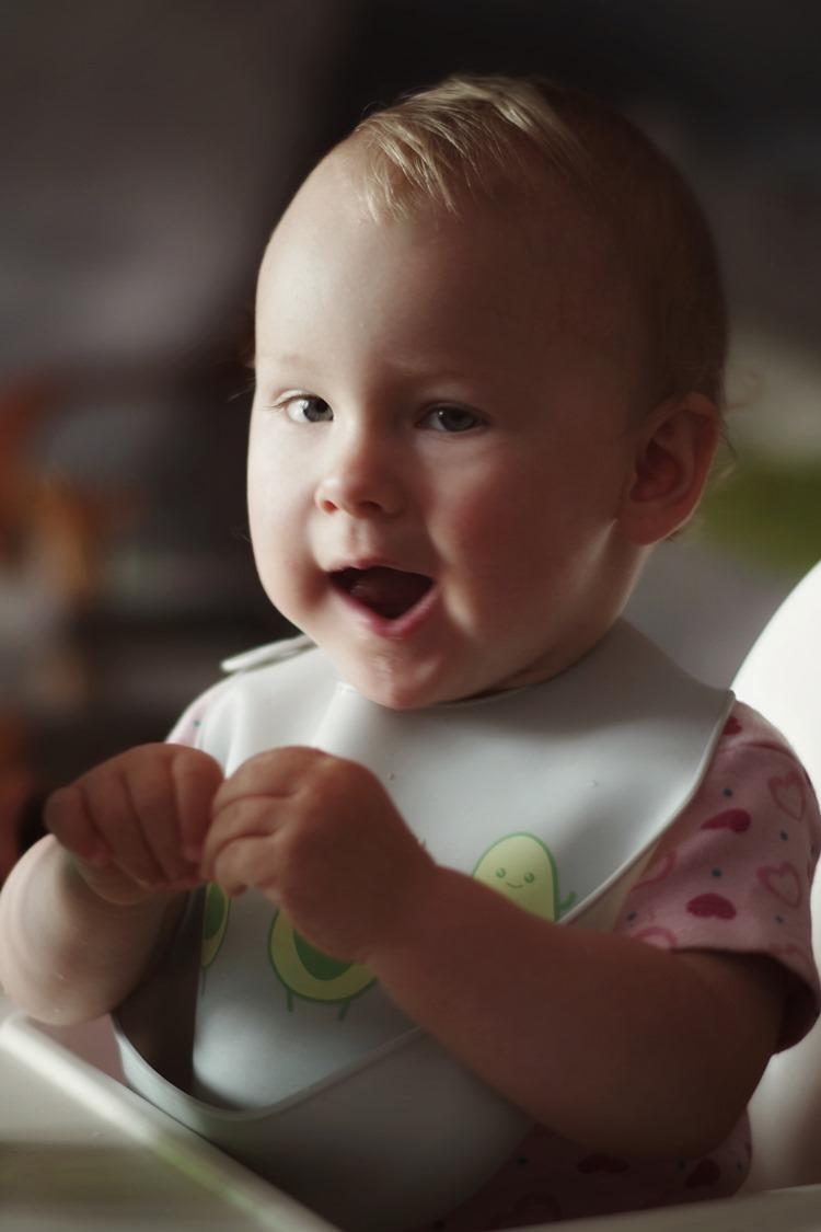 Beba sa portiklicom ruča