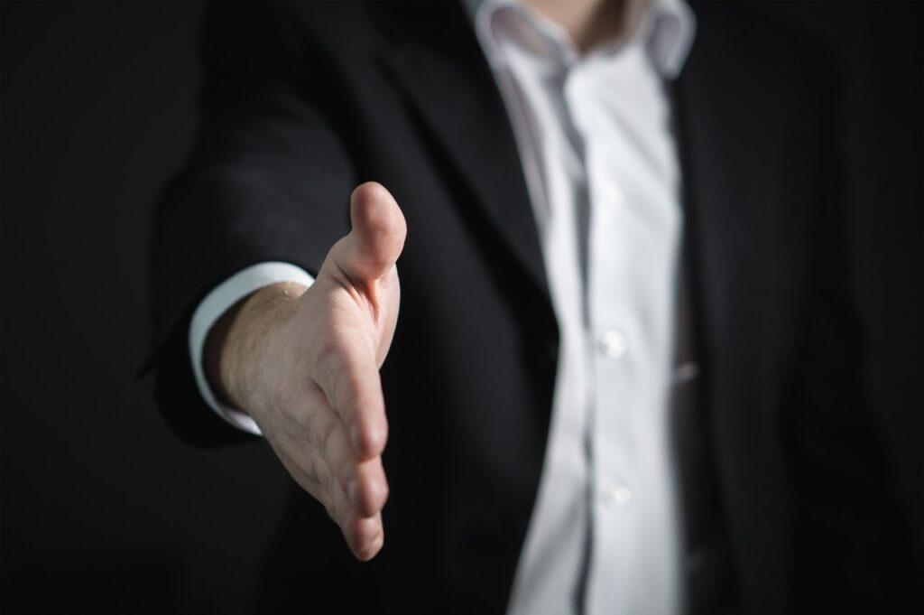 biznismen pruža ruku