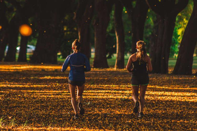 Devojke koje trče u šumi