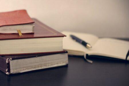 Knjige i notes na stolu