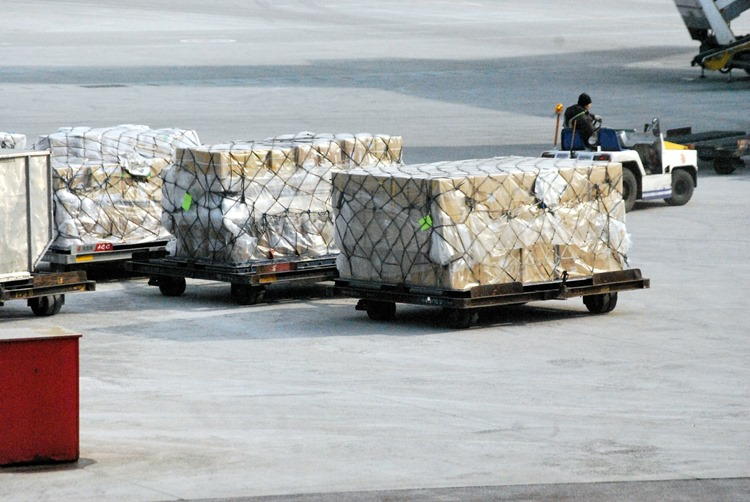 Trransport paketa robe na aerodromu