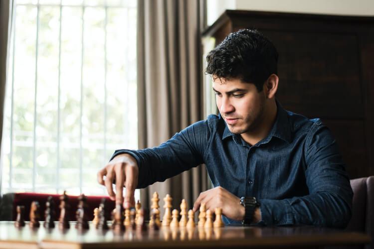 Muškarac koji igra šah