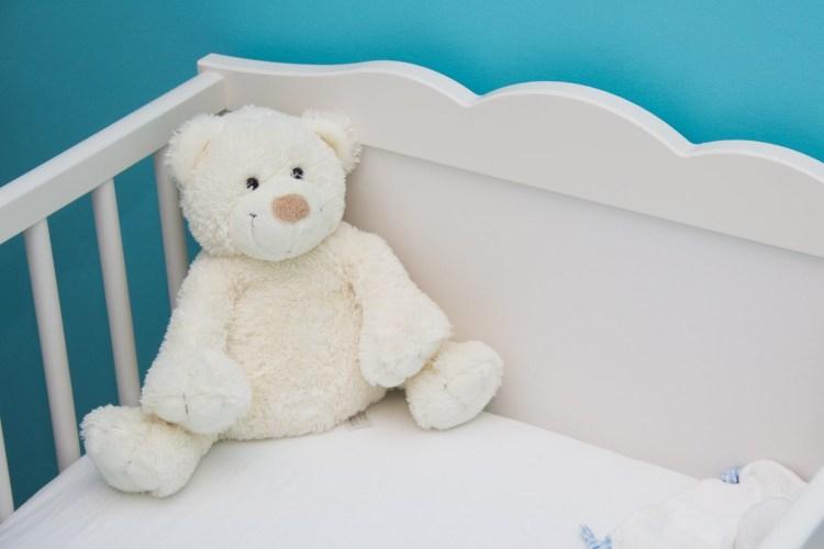 Igračka belog medveda u krevetu