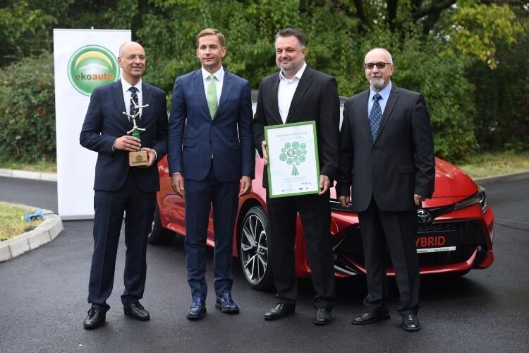 Fotografisanje ispred automobila nakon dodele nagrade