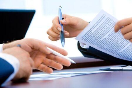 Potpisivanje ugovora na stolu