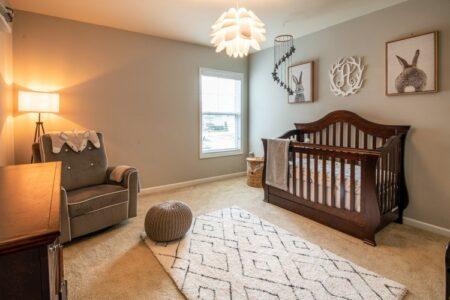 Uređena i osvetljena soba za bebu