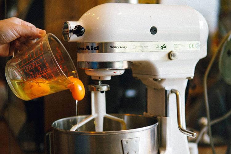 Praktični miksre i jaje u čaši