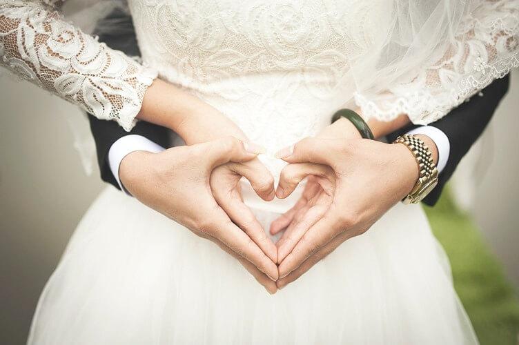 Mlada i mladoženja na venčanju napravili oblik srca rukama