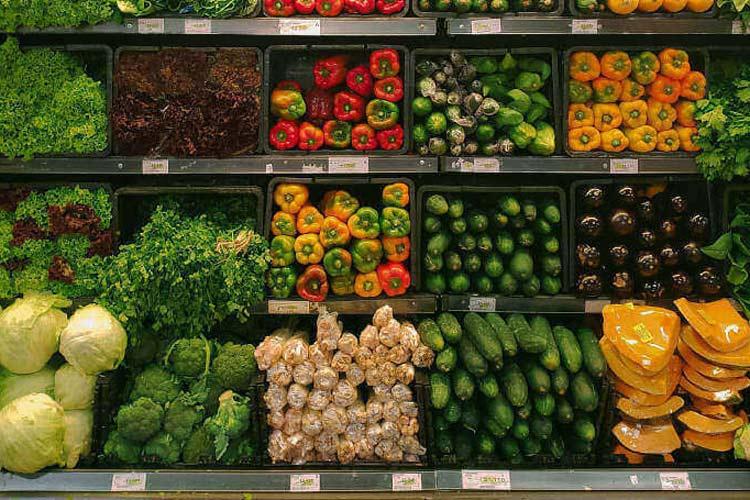 Prodaja voća i povrća na mini pijaci