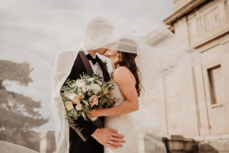 Poljubac mladoženje i mlade na venčanju
