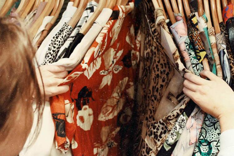 Garedrober ženske odeće sa košuljama
