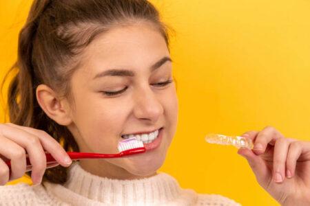 devojka sa četkicom za zube
