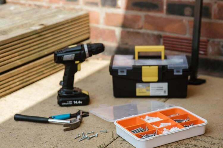bušilica pored kutije sa alatom
