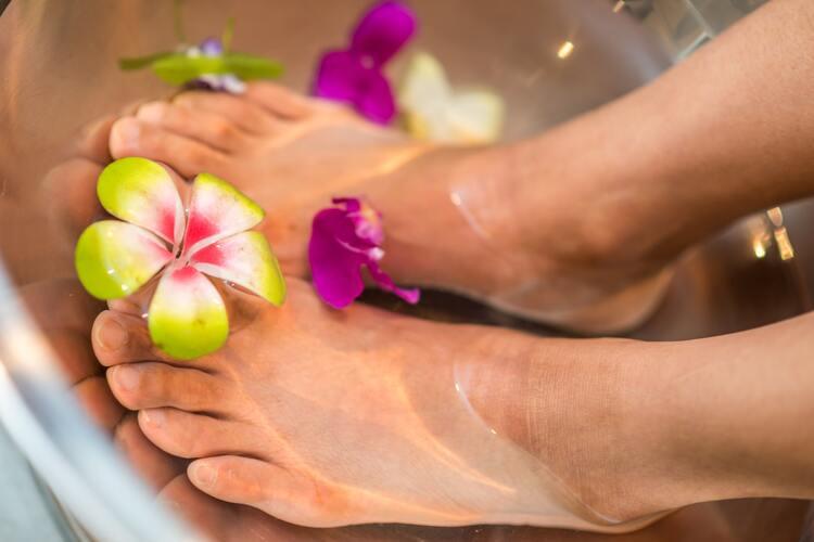 ženska stopala u kadi za pedikir